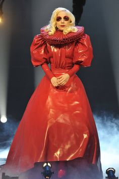 Lady Gaga in red Elizabethan latex costume Lady Gaga Kostüm, Musica Lady Gaga, Lady Gaga 2009, Pvc Fashion, Lady Gaga Fashion, Latex Fashion, Fetish Fashion, Lady Gaga Outfits, Sin City 2