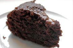 Få opskriften her på en rigtig lækker og svampet chokolade squashkage, der er spækket med gode råvarer. Den er lige til at sætte tænderne i.