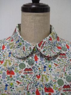 少し大きめサイズの方向けに、ブラウスを作りました。素材:リバティプリント 綿100%。サイズ:着丈60.5㎝ 肩幅38㎝ バスト幅56㎝ 裾幅57㎝    袖...|ハンドメイド、手作り、手仕事品の通販・販売・購入ならCreema。