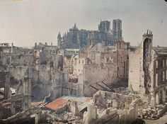 Reims, France 6. April 1917; Reims was being besieged by German forces within thirty-five days of the start of the war, and for much of the conflict it remained within artillery range. The long years of shelling devastated a place of great historical importance: traditionally, French kings were crowned in the city´s magnificent Gothic cathedral. (BBC-Books; The wonderful world of Albert Kahn - Colour Photographes from a lost age)