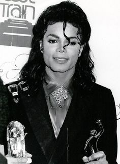 Michael Jackson 1981 - 1990 s/w Paris Jackson, Mike Jackson, Michael Jackson Awards, Michael Jackson Story, Sammy Davis Jr, Lisa Marie Presley, Beautiful Person, Beautiful Men, Amazing Person