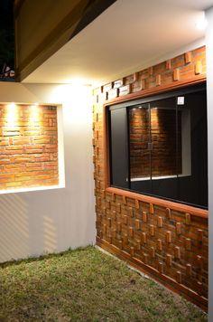 Diseño de paredes de ladrillo visto, iluminación led en la fahcada principal