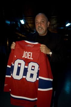 Billy Joel holding a Montreal Canadien jersey. Billy Joel, Montreal Canadiens, Music Film, My Music, Leo Sayer, Hockey Pictures, Robert Palmer, Piano Player, Piano Man