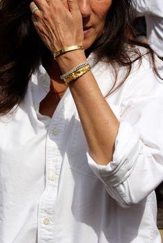 Chemise blanche en coton épais roulottée sur les poignets + bracelets dorés = le bon mix