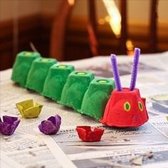 The Very Hungry Caterpillar Egg Carton Craft--perfect for our Eric Carle week at. - The Very Hungry Caterpillar Egg Carton Craft–perfect for our Eric Carle week at homeschool. Kids Crafts, Toddler Crafts, Preschool Crafts, Projects For Kids, Diy For Kids, Easy Crafts, Family Crafts, Summer Art Projects, Preschool Ideas