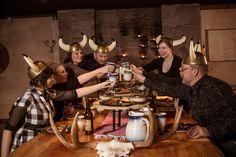 Kuninkaan kestit sisältävät:  Lähes 40 herkullista makua alku-, pää- ja jälkiruokana  Ruuat näyttävästi aseteltuina viikinkien taistelukilpien päälle  Menujen ja makujen esittelyn  Ryhmällenne sopivan tunnelmallisen tilaratkaisun  Halutessanne ryhmälle viikinkikypärät  Lisämaksusta viikinkikaste rohkeimmille Vikings, Table Settings, Painting, Restaurant, Facebook, Twitter, The Vikings, Painting Art, Diner Restaurant