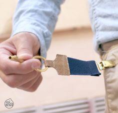 Llavero elástico con pinza de tirantes y acabados en piel/ Elastic keychain with clip straps and leather finishes