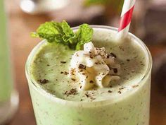 This fun, refreshing, healthier-for-you, CLICK'n Shamrock Shake is packed with protein, energy and nutrition making it a perfect breakfast meal replacement or a Chocolate Shake, Mint Chocolate Chips, Chocolate Recipes, Shamrock Shake, Yummy Smoothies, Smoothie Recipes, Juicer Recipes, Mint Smoothie, Protein Pack
