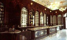 Muy cerca de la Plaza del Cristo, se encuentra la elegante farmacia La Reunión, fundada en 1886 por el catalán José Sarrá. A principios del siglo XX se consideraba la primera en importancia en Cuba y la segunda en el mundo.