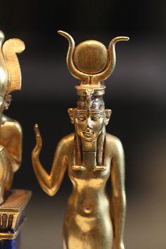 Isi en actitud protectora hacia su consorte Osiris.