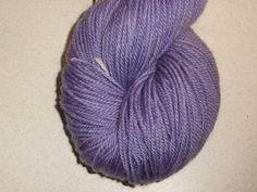 Blåviolet Lavendel håndfarvet corriedale mellemkraftigt garn. Garn i en mellemkraftig tykkelse er nok den mest populære garntykkelse til mange strikkeprojekter. Garnet et 3-trådet og velegnet til jumpere, tørklæder og alle beklædningsdele, der bæres tæt på huden, da det er meget blødt og er håndfarvet i en mørk levende lilla. Jeg har håndfarvet med farveægte og ugiftig syrefarvestof.  De små nøgler på 25 gram vil være fine til Fair Isle strik eller alle andre projekter der kræver mange…