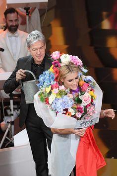 Abiti firmati Armani Privé, Alberta Ferretti, Moschino e Trussardi, scarpe Le Silla, René Caovilla e gioielli Tiffany&Co. ecco tutti i look di Michelle Hunziker a Sanremo 2018.