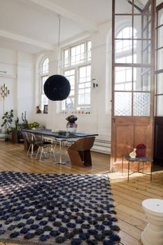 This rug is totally in charge of the room - love it ! alexmenance.com