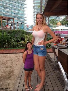 Tall girl with short woman by lowerriderYou can find Tall girls and more on our website.Tall girl with short woman by lowerrider Long Tall Sally, Giant People, Tall People, Tall Guys, Tall Girl Short Guy, Sport Girl, Beauty Women, Hot Girls, Sexy Women