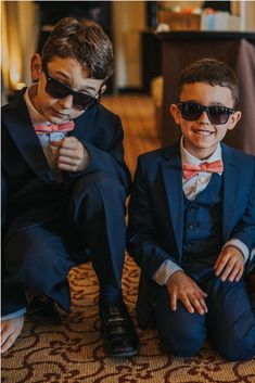 For ring bearer outfit, a coral bow tie and navy suspenders will look great. Stylish bow tie and navy blue suspenders for children and adults is a very original and good personalized gift. #coralwedding #ringbearer #bowtie