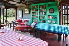 Tres casas con estilo campo  Una reforma mínima convirtió el viejo galpón donde se guardaban las cortadoras de pasto y otras máquinas en un completísimo quincho.