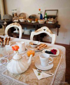Un tè, teiera e tazze coordinate, una tavola preparata con cura... che altro?