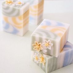 ・ 水仙〈Narcissus〉を飾った3色の石けん。 ・ なかなかの大柄なので、お花は可憐に ・ それにしても、今日は寒い〜 ・ #soapmaking #soapshare #withflowers #soap#soaps#savon#handmadesoap #handmadesoaps#フラワーコンフェティ #narcissus#水仙#ハンドメイドソープ #手作り石けん教室#手作り石鹸教室 #手作り石けん#手作り石鹸#cpsoap #コールドプロセス#フラワーコンフェティソープ