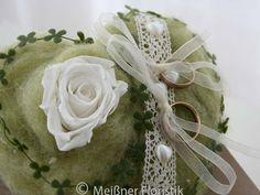 Ringkissen - Ringkissen Herz grün weiß m. echter haltbarer Rose - ein Designerstück von Meissner-Floristik bei DaWanda