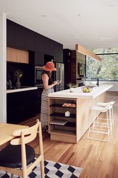 Image 5 of 15 from gallery of Blackburn House / ArchiBlox. Photograph by Tom Ross Kitchen Dinning, Kitchen On A Budget, Kitchen Decor, Timber Kitchen, Kitchen Flooring, Black Kitchens, Home Kitchens, Modular Homes, Küchen Design