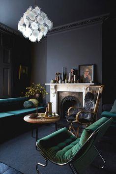 peinture salon moderne gris graphite, canapé bleu sarcelle et fauteuils verts