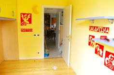 Dopo aver dipinto le pareti di giallo tenue, ho provveduto all'applicazione degli stencils da me realizzati.