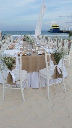 Estos marcos de la silla de arpillera son seguros para añadir ese rústico elegante toque si hospeda una boda de playa o una boda de granero!  Artesanales de arpillera natural y mide 8 x 40.  Acabado profesionalmente por lo que no se o desenredar.  Fotos proporcionadas por un cliente maravilloso! Hice sus fajas así como sus caminos de mesa de arpillera que se pueden ver aquí:  https://www.etsy.com/listing/98247962/choose-your-size-burlap-table-runner?ref=shop_home_active_1  Tengo muchos…