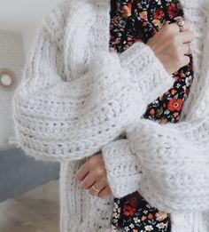 Tuto: the crocheted crochet vest like knitting - Adelaïde Bollecker - - Tuto : le gilet au crochet à grosses mailles comme au tricot easy crochet hook - Cardigan Au Crochet, Gilet Crochet, Crochet Cardigan, Knitting Blogs, Knitting Designs, Knitting Patterns, Crochet Patterns, Knitting Ideas, Pull Crochet