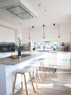 Kjøkkeninnredningen er fra JKE og benkeplaten i laminat er fra Fibo-Trespo. Barstolene er fra Hay og gulvteppet er fra Ellos.