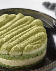Deze Japanse versie van tiramisu, met matcha groene theepoeder is overheerlijk! Zo verrassend en origineel. Hiermee zal je scoren!