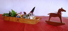 ☆ 詳細は  ソリと木馬 クリスマスのお菓子をソリに盛り付けて 木馬に引かせてみたら、 クリスマスムード満点♪  HP[木のクラフトと笛 七曜工房」をご覧ください。 ↓  http://www.nanayoukoubou.jp/