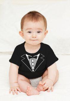 Zelfs de allerkleinsten gaan stijlvol gekleed de feestdagen door. Met dit grappige baby tuxedo t-shirt.