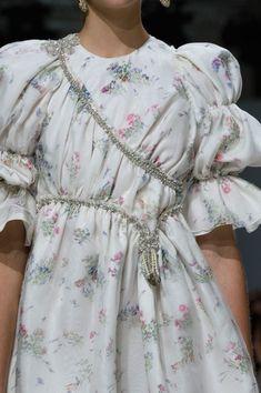 """Gown for a maiden of House Tyrell """"Giambattista Valli Fall Couture 2016 """" Modern Fashion, Boho Fashion, Fashion Dresses, Mens Fashion, Petite Fashion, European Fashion, Fashion Wear, Style Fashion, Winter Fashion"""