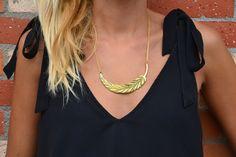 collier-sautoir feuille/ plume forme croissant de lune doré de la boutique JeanneSummer sur Etsy