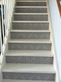Behang op trap met daarover glitsa.