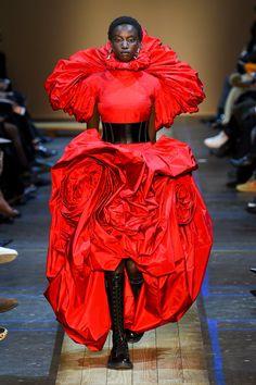 Alexander McQueen Fall 2019 Ready-to-Wear Fashion Show - Vogue Fashion Week Paris, Women's Runway Fashion, Red Fashion, Autumn Fashion, Modern Fashion, Dolly Fashion, Fashion Weeks, Fashion 2018, Fasion