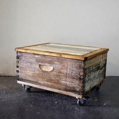 כוורת דבורים ישנה - שופצה ונצבעה בסגנון צביעה גס בגוונים פסטליים. לארגז נוסף מכסה + 4 גלגלים יכול לשמש כארגז לאחסון, כשולחן קפה, ספסל ועוד.. פריט ייחודי, שימושי ומקסים.
