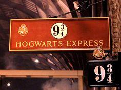 Harry-potter-train-station Harry Potter Tumblr, Harry Potter Style, Harry Potter Decor, Harry Potter Aesthetic, Draco Malfoy, Harry Potter Platform, Anniversaire Harry Potter, Harry Potter Halloween, Slytherin