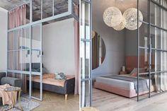 Como dormitorios «open concept» hay muchos, vamos a detallar las principales formas de abrirlos al salón para que elijas la tuya. Divider, Room, Furniture, Home Decor, Make A Bed, Curio Cabinets, Tall Ceilings, Small Condo, Bedroom
