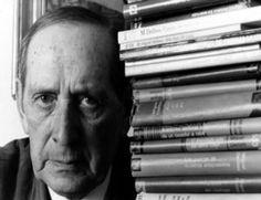 Miguel Delibes (1920-2010), doctor en Derecho y catedrático de Historia del Comercio, periodista y, durante años, director del diario El Norte de Castilla, fue paulatinamente alejándose de todo esto para dedicarse enteramente a escribir; a escribir novelas.