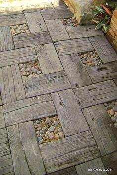 Hoy os traigo unos caminos hechos con la madera de los palets viejos. Este primero es como el que yo hice, pero tiene el detalle de esta fr...