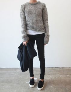 Winter style | Grey knitted sweater over white t-shirt, black skinny pants and sneakers