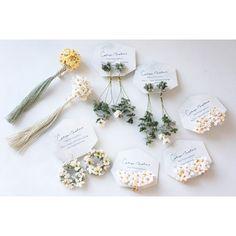 cotoyo matsueさんはInstagramを利用しています:「神戸の HOSHIZORAさんへ 花束のピンブローチ 花冠のピアス、しろつめ草 マーガレット など お届けしています HOSHIZORAさんがセレクトして くださった色合いです 夏の装いにプラスしていただけたら 嬉しいです @hoshizorakobe…」 Resin Jewelry, Jewelry Crafts, Jewellery, Crochet Flowers, Fabric Flowers, Diy Lace Earrings, Handmade Accessories, Handmade Jewelry, Hairpin Lace Crochet