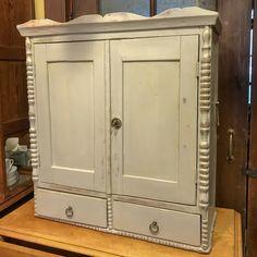 Kaksiovinen seinäkaappi 1800-luvun lopusta. Renginkaapin  ovessa toimiva lukko. Ovien alapuolella on vierekkäin kaksi laatikkoa, joissa rengas vetimet. Kaapin sisällä yksi hylly. Kunnostettu harmaaksi.  Kaapin molemmilla sivuilla on rautahaka.  Mitat ovat leveys 76,5 cm, korkeus 82 cm ja syvyys 31 cm.  Esineessä on käytön jälkiä ja ajanpatinaa. Decor, Furniture, Armoire, Home Decor