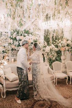 An Elegant Sundanese Ballroom Wedding With Muted Shades – 021 - Hochzeit Kebaya Wedding, Wedding Mandap, Ballroom Wedding, Wedding Party Dresses, Party Wedding, Wedding Stage, Diy Wedding, Wedding Ideas, Javanese Wedding