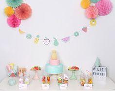 En la fiesta de hoy, las frutas se convierten en las absolutas protagonistas para dar forma a esta Tutti Frutti Party muy divertida y llena ...