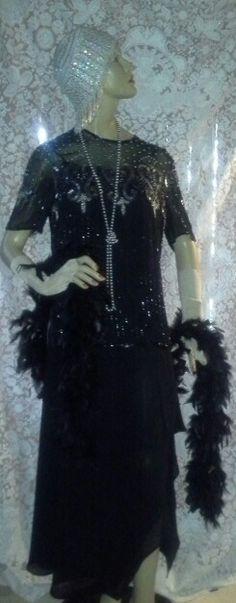 Segunda opção: saia longa de crepe, blusa crepe bordado, touca crochê bordada com canutilhos e paêtes,  colar pérolas prata,  boá em plumas