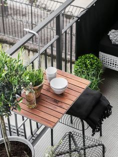 25 Chic Way To Decorate A Small Balcony - Raumkunst - Balcony Furniture Design Small Balcony Furniture, Small Patio Spaces, Small Balcony Design, Small Balcony Decor, Outdoor Furniture, Outdoor Decor, Ikea Outdoor, Outdoor Seating, Antique Furniture