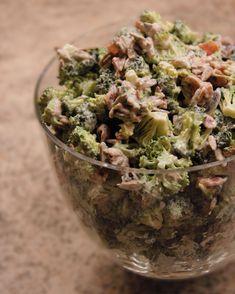 opskrift - 2 hele broccoli skæres i små buketter, bland i en anden skål - 1 bøtte créme fraîche/skyr, 2 spsk Mayo, 1 spsk senup, salt og peber. Steg 2 pakker kalkun bacon og hak små stykker, lad det køle af og hak 1 rød løg og 1 æble i tern. Bland sammen og Wupti -broccolisalat recept broccolisallad kvarg