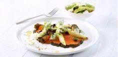Gravad laks med salat af pære, oliven og feta